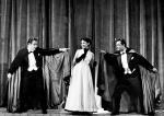 """<Jerzy Duszyński, Stefania Grodzieńska i Jerzy Pietraszkiewicz w spektaklu teatru Syrena """"Diabli nadali"""", 1955 r."""