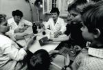 Pracownice służby zdrowia przygotowują płyn Lugola dla dzieci szkolnych
