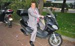Grzegorz Postek, szef biura operacyjnego CBA, pozuje do zdjęcia na skuterze