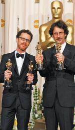 Ethan (z lewej) i Joel Coenowie z garściami pełnymi statuetek