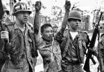Żołnierze amerykańscy prowadzą partyzanta Wietkongu w Sajgonie, 1968 r. Na obrazy okropieństw wojny opinia publiczna reaguje domagając się natychmiastowego jej zakończenia.