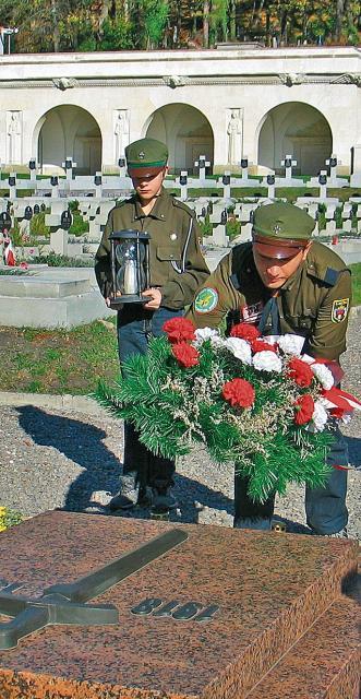 b18b2df6c6b6 Druhowie z Harcerstwa Polskiego na Ukrainie składają wieniec na polskim  Cmentarzu Orląt