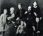Rodzina Uljanow. Od lewej do prawej stoją: Olga, Aleksander i Anna. Siedzą od lewej: Maria, jej mała córeczka Maria, Dymitr, Ilja i Włodzimierz