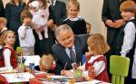 """Prezydent Lech Kaczyński zawetował ustawę, która zakładała m.in. obniżenie wieku szkolnego.  Na zdjęciu podczas ubiegłotygodniowego spotkania z rodzicami przeciwnymi reformie z ruchu """"Ratujmy maluchy"""""""