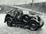"""Żołnierze 10 Brygady Kawalerii w samochodzie Polski Fiat 508 III/W """"Łazik"""""""