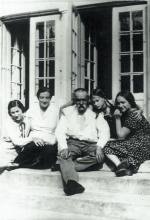 Z najbliższą rodziną na werandzie dworku w Sulejówku