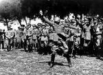 Benito Mussolini demonstruje rzut granatem gazowym, 1935 r.
