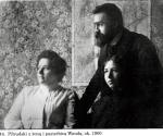 Józef Piłsudski z żoną Marią i pasierbicą Wandą Juszkiewiczówną. Ok. 1900 r.