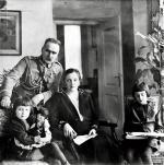 Józef Piłsudski z żoną Aleksandrą i córkami Jagodą i Wandą. 1926 r.