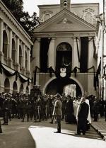Kondukt z urną z sercem Józefa Piłsudskiego przed Ostrą Bramą w Wilnie