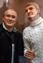 Michaił Chodorkowski (z lewej) i Płaton Lebiediew podczas rozprawy sądowej w marcu 2009 roku)