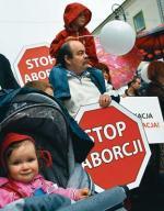 34 proc. rodaków jest przeciwnych aborcji. Na zdjęciu marsz  dla życia i rodziny, Warszawa 2006 r.