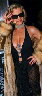 """Iwona Guzowska, posłanka PO, dała sobie wytatuować smoka dziesięć lat temu.  – Jest idealny. Nie wyobrażam sobie życia bez niego – mówi. Na zdjęciu podczas sesji do programu """"Show!Time"""" w Polsacie w marcu  2006 r."""