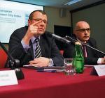 """Na zdjęciu od lewej: Paweł Smoleń, prezes zarządu Vattenfall Heat oraz Hubert Górski, dyrektor ds. PR  Siemens podczas wczorajszej debaty w """"Rz"""""""