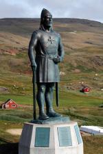 1. Zrekonstruowana wikińska osada w Norstead pod Anse aux Meadows na Nowej Funlandii 2. Pomnik wodza wikingów Leifa Erikssona w Qasssiansuk na Grenlandii