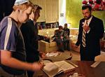 W wielkim szukaniu rabinowi Pinchasowi Żarczyńskiemu  (po prawej) pomogli przyjaciele