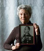 Teresa Dangel ze zdjęciem ojca –  płk. Konstantego Druckiego-Lubeckiego
