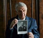 Jerzy Tarnawski trzyma fotografię ojca – kpt. Kazimierza Tarnawskiego