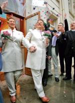 Pierwszy ślub pary lesbijek w Wielkiej Brytanii odbył się  w roku 2005. Na zdjęciu Elaine i Debbie Gaston