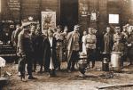 Józef Piłsudski (w środku) z gen. Leonardem Skierskim (obok Piłsudskiego, z prawej), dowódcą 4. Armii podczas przeglądu dywizji grupy uderzeniowej, Dęblin 13 – 16 sierpnia 1920