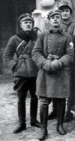 Kpt. Bolesław Zajączkowski (z lewej), dowódca oddziału, który stawił czoło bolszewikom pod Zadwórzem