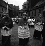 Od lewej: kard. Karol Wojtyła, kard Julius Döpfner, kard. Alfred Bengsch. Z tyłu, w infule  kard. Stefan Wyszyński. Pogrzeb kard. Bolesława Kominka. Wrocław 1974 r.