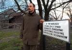 Muzeum w Markowej ma być gotowe w 2013 r. Na zdjęciu z 2004 r. Mateusz Szpytma,  historyk z IPN i pomysłodawca nowej placówki, na miejscu zbrodni dokonanej przez hitlerowców