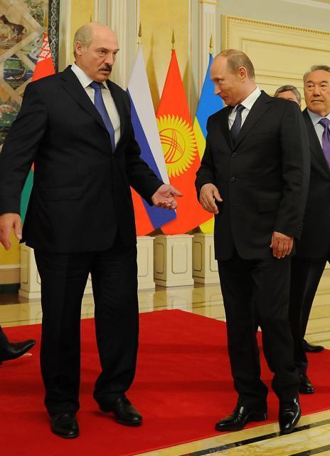 Białoruski prezydent Aleksander Łukaszenko i jego groźny sąsiad Władimir Putin