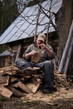"""Jarek Berdak. Nauczył się odnajdywać kształty zaklęte w słojach. Tworzy pod marką """"i love nature""""."""