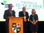 Na zakończenie kongresu wspólnie wystąpili prezesi dwóch znaczących organizacji branżowych - Paweł Niewiadomski (z lewej) z PIT i Marek Ciechanowski z ITRP - oraz prezydent Świdnicy Beata Moskal-Słaniewska