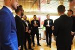 Uroczysta chwila wymagała uroczystego stroju. Menedżerowie Itaki stawili się na inaugurację rejsów w smokingach. W środku wiceprezes Piotr Henicz.