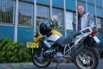 Jeżdżenie motocyklem sprawia mi frajdę - mówi Piątek. Na zdjęciu ze swoim BMW przed siedzibą Neckermanna przy ul. Duboisa w Warszawie