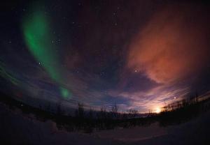Zorza mieni się i tańczy na norweskim niebie