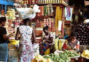 Bogactwo kolorów i towarów na targu w Abidżanie
