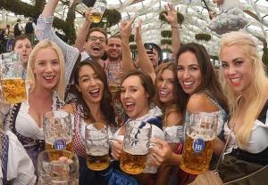 Oktoberfest - zimno i deszcz nie straszne piwoszom