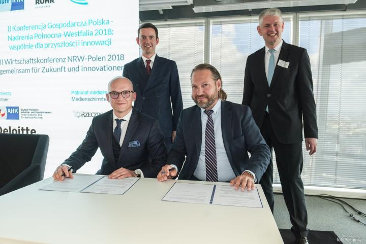 W obecności ministrów Marcina Ociepy i Christopha Dammermanna porozumienie o współpracy podpisali przedstawiciele firm UPLINK z Niemiec i BCAST z Polski