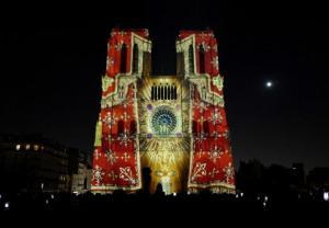 Malowanie katedry Notre Dame światłem