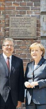 Bronisław Komorowski i Angela Merkel przed pomnikiem [źródło: AP]