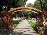 Centrum Kultury Ekumenicznej w Myczkowcach poświęcono Janowi Pawłowi II, stąd jego pomnik pomiędzy miniaturowymi świątyniami