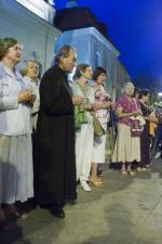 Ks. Małkowski wśród modlących się pod krzyżem