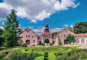 Zamki, dwory i pałace działają na wyobraźnię turystów