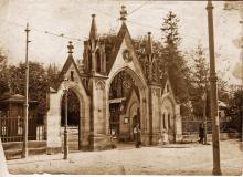 Główna brama wejściowa na Cmentarz Łyczakowski, ok 1910 r.Bigger
