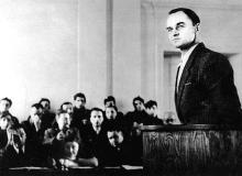 Witold Pilecki zeznaje podczas rozprawyBigger