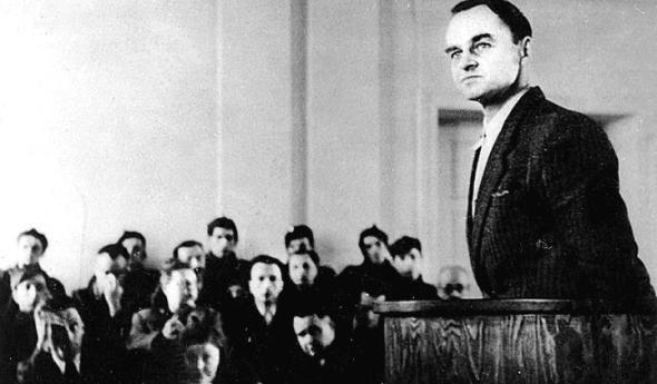 Witold Pilecki zeznaje podczas rozprawy