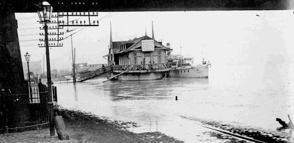 Powódź roku 1926. Wysoka woda zalała dojście do niezwykłej urody pływającej przystani pamiętającej carskie czasy