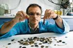 Docent Marek Woynarowski prezentuje kilkadziesiąt baterii i monet, które połknęli mali pacjenci. Zatrzymał je na pamiątkę i ku przestrodze rodziców