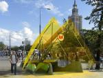 """""""Żółty motyl"""" to wejście do stacji metra Świętokrzyska. Oprócz charakterystycznego logo metra obowiązkowa będzie też tablica zgodna z miejskim systemem informacji."""