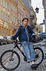Adam Sajnuk nawet na nasz spacer przyjechał na rowerze. Choć narzeka na niedobór ścieżek, nie wyobraża sobie przesiadki do auta