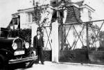 Lata 30. Ogrodnik Stanisław Dziencioł stoi na ulicy Wazów przed willą w stylu dworkowym. To on sadził drzewa i krzewy wokół tego domu oraz kilku sąsiednich. Opiekował się nimi do wybuchu wojny