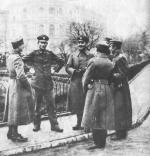 Krakowskie Przedmieście. Rozbrojeni Polacy w mundurach niemieckich